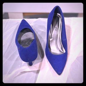 Faux suede bright blue heels. Comfy !